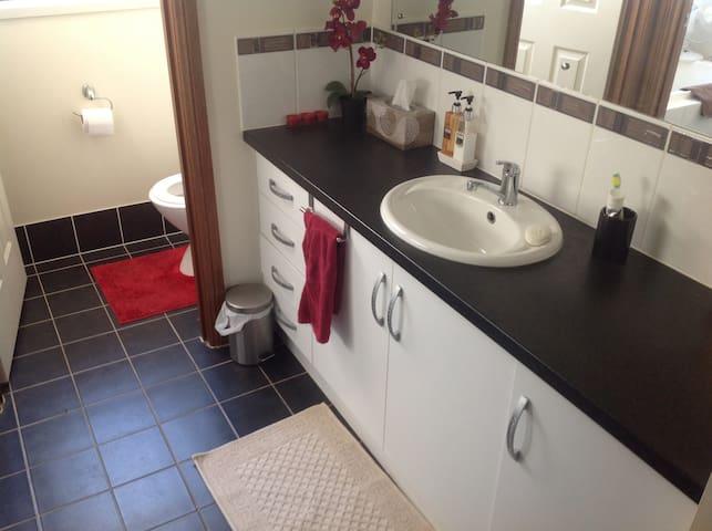 Adelaide friendly clean modern room - West Croydon - Huis