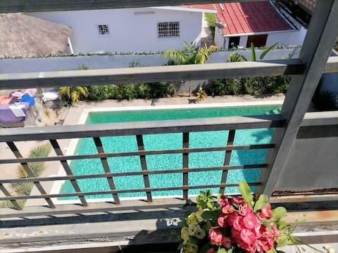 Studio spacieux à Grand-Bassham: balcon et piscine