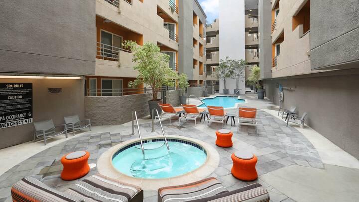 Luxury1+1 Hollywood Home balcony pool jacuzzi park