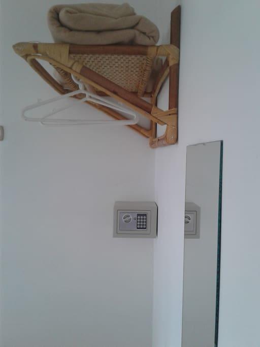 Perchas y Caja de Seguridad