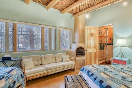 Cozy studio w/ forest views & flatscreen TV - walk to shops & restaurants!
