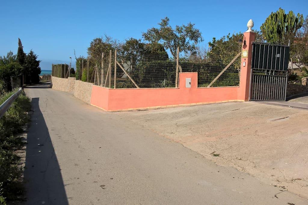 Accesso della villa dal lato strada di arrivo.