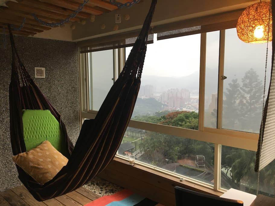 房間可直通陽台吊床躺椅區