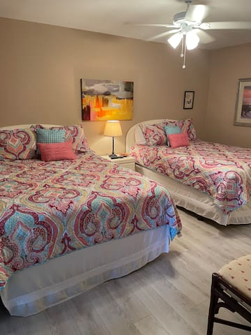 2nd en-suite bedroom with2 queen beds. Room freshly painted.