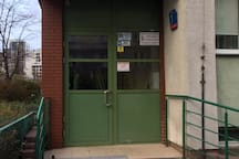 The main entrance to the building. Główne wejście do budynku.