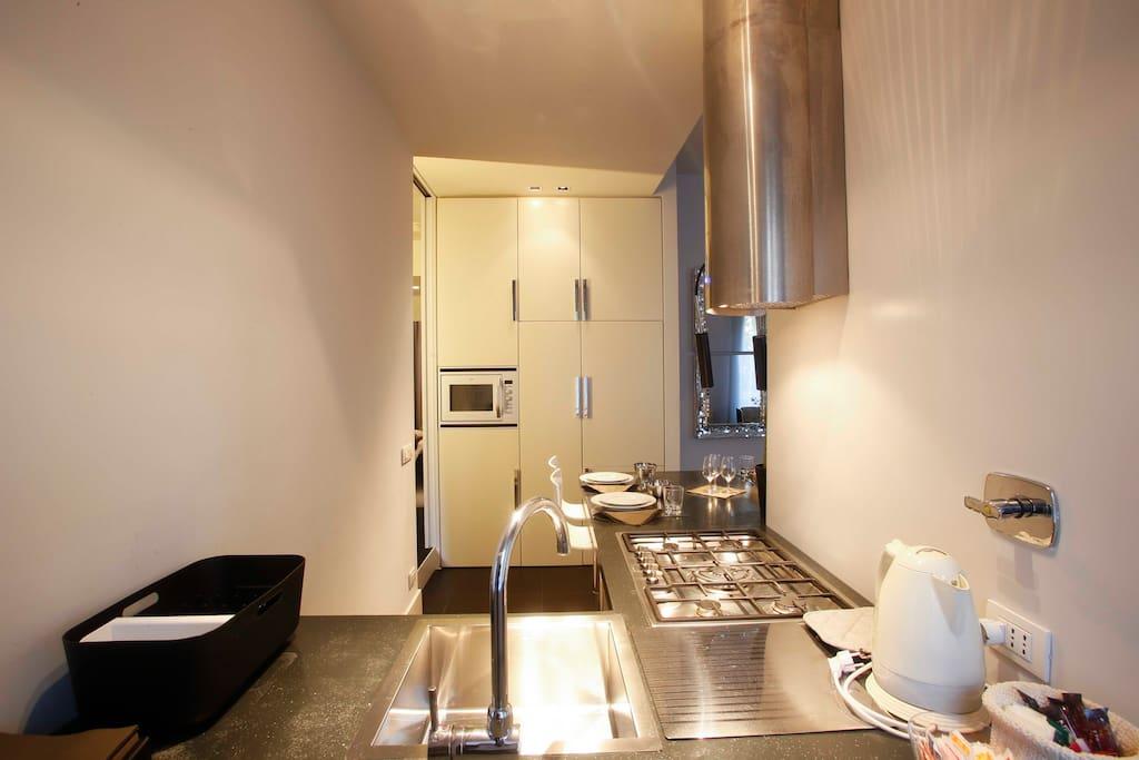 Vista della cucina: kettle, microwave