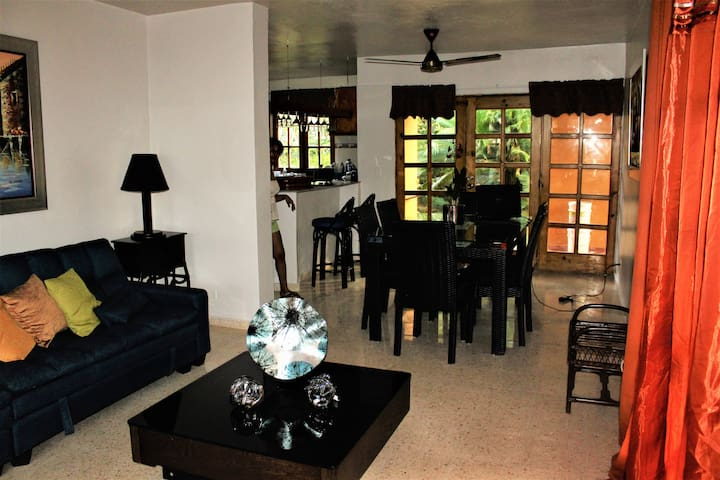 Villa Zoila | Middle Room