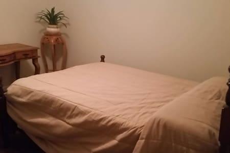 Cozy bedroom near hospital and downtown - Glasgow