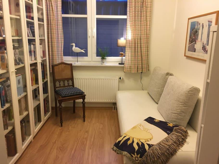Tagsüber kann das Bett zum Sofa umgeklappt werden, zum Lesen und Chillen