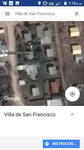 Mi casa es la que está enfrente de la segunda casa de amarillo de la parte derecha