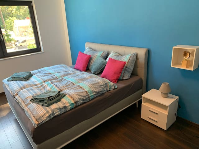 """Das """"blaue"""" Schlafzimmer bietet auch ein Boxspringbett, einen grossen Kleiderschrank und viel Platz"""