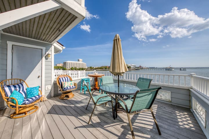 Bayfront townhome w/beautiful views, furnished deck, and free WiFi!