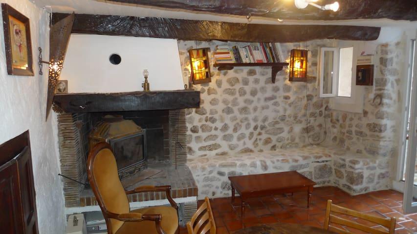 Petite maison de village avec terrasse à Montmeyan