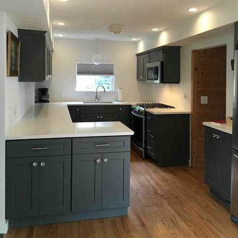 Cozy Vacation Cottage - Royal Oak - Apartment
