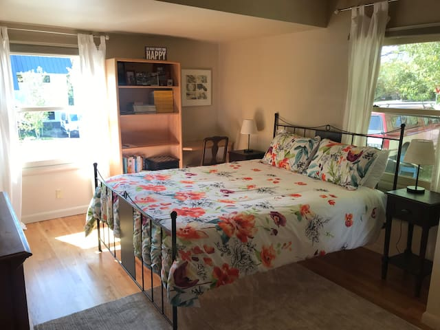 Queen Bed/Private Bath*Excellent Downtown Location