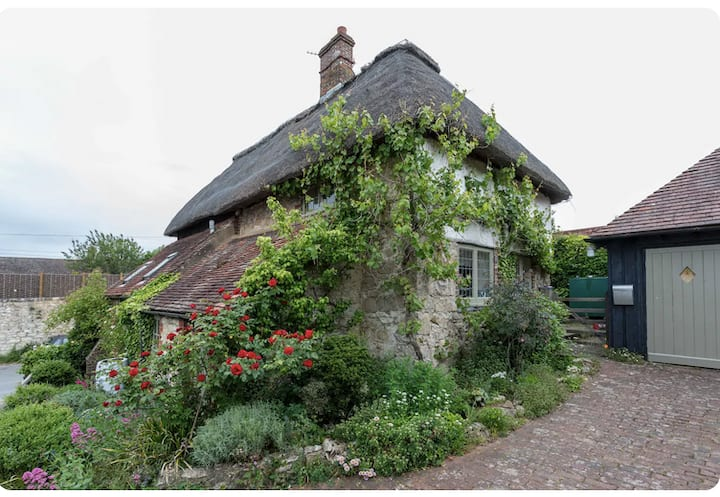 Thatched cottage in village & off street parking