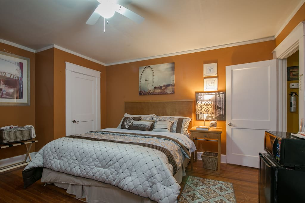 Large bedroom w/King Bed