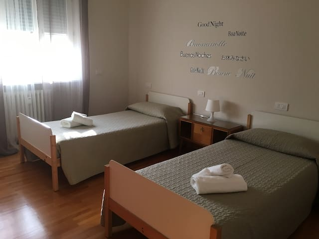 Room6-camera con 2 letti singoli vicino stazione