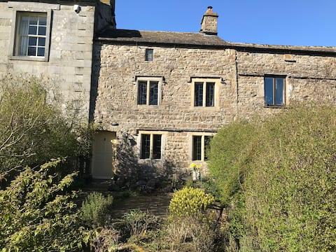 Hawes .16 th C  Elizabethan enchanting Cottage.