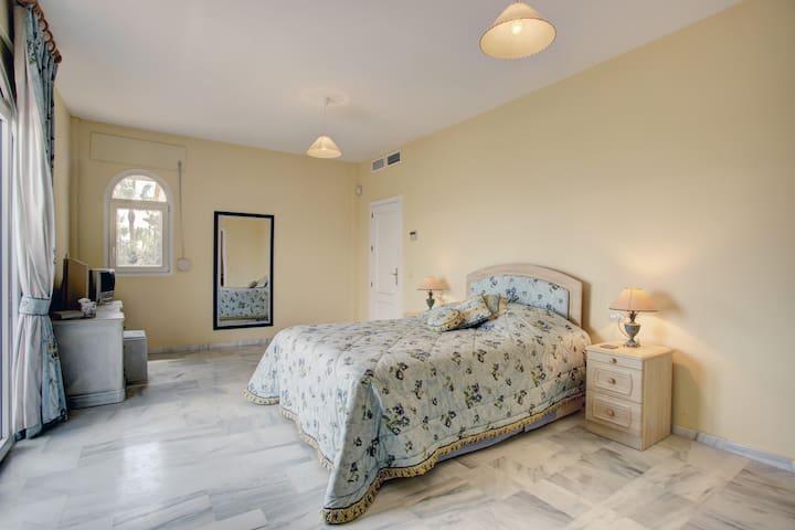 En suite Bed & Breakfast in Sotogrande, - San Roque - Wikt i opierunek