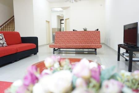 Warisan Indah Homestay near KLIA Sepang - Sepang - 獨棟