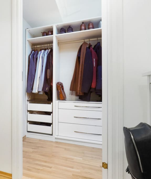 Walk-in-closet in the entrance