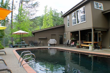 PineBluff House 3BR, 3 BA, SLEEPS 10 *POOL* - Midpines