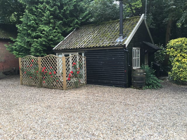 A wonderful log cabin on the river - Lyng  - Hytte