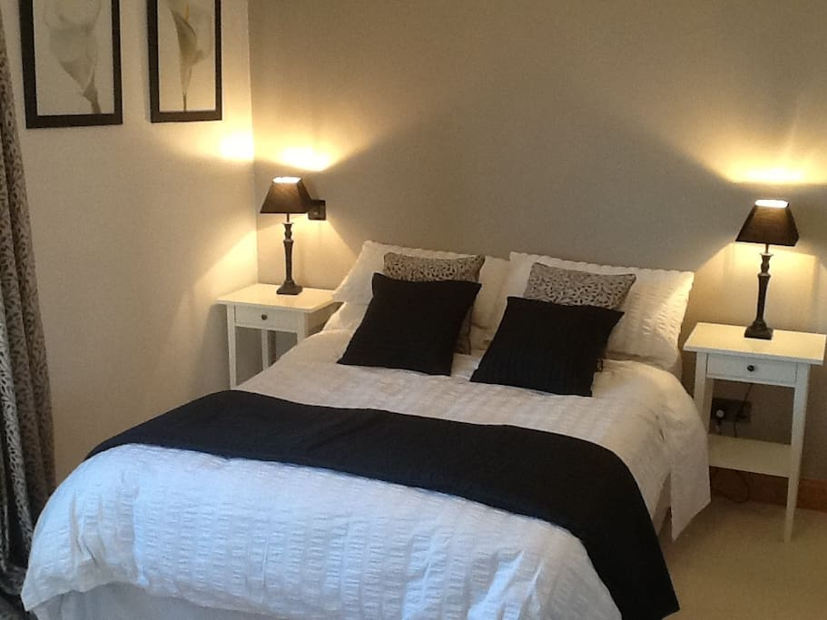Large Double room with en suite shower, TV