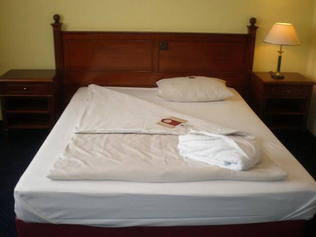 Dorint Marc Aurel Resort (Bad Gögging), Standard Zimmer (ca. 24qm) mit Queensize-Bett, Golfplatzseite