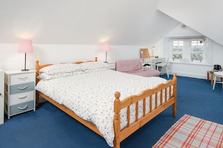 Large bright rooms & breakfast. Nr station, View