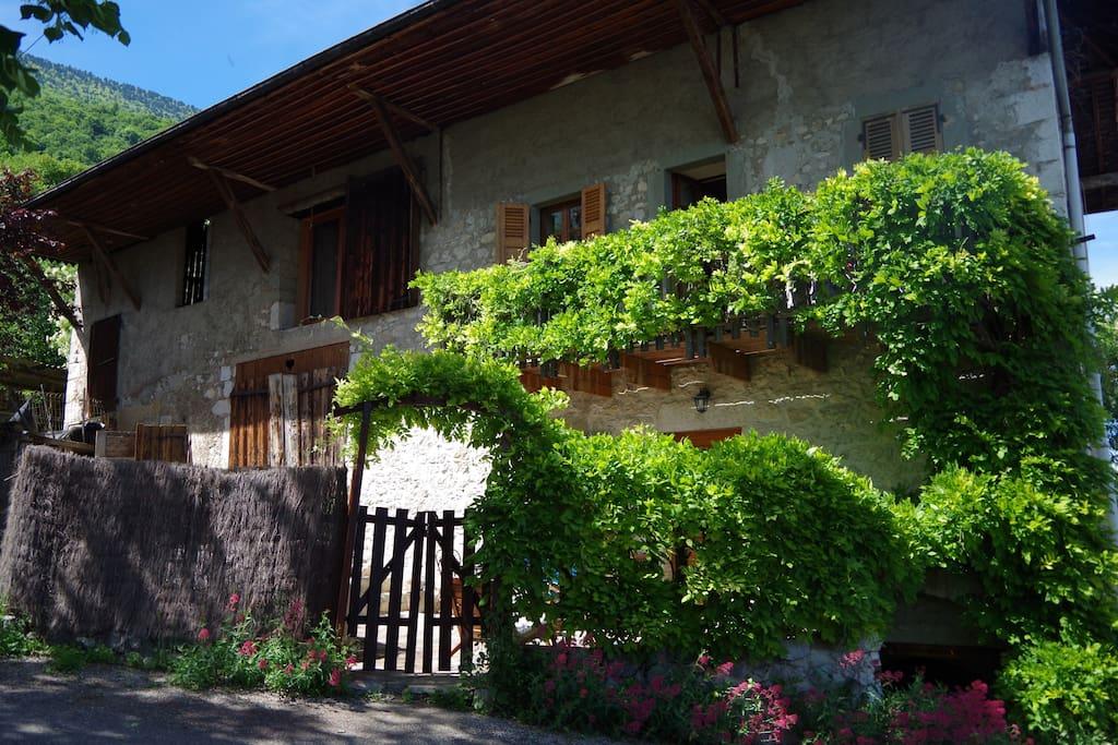 Chambre jardin lac montagnes huizen te huur in le for Jardin lamartine