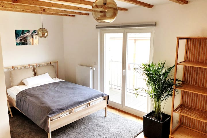 Bright clean refurbished room  in Central Cologne