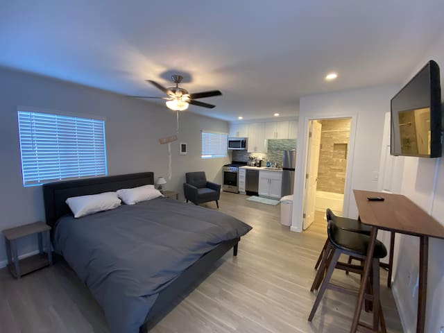 Newly Remodeled Studio 2 Blocks from the Bay!