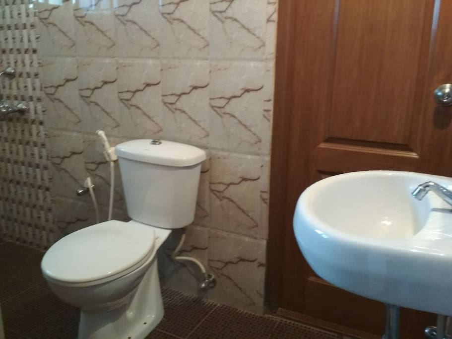 Modern Bathroom with Soft Close cover for seat