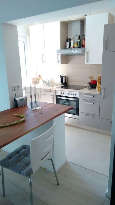 Essplatz und Küche mit Waschmaschine
