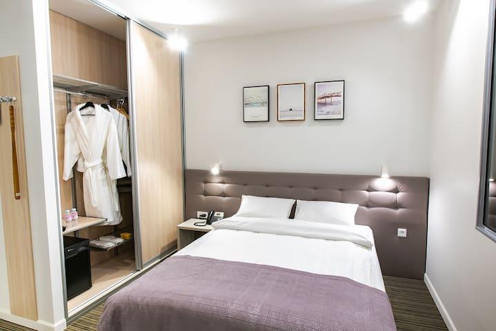 кровать и шкаф в номере