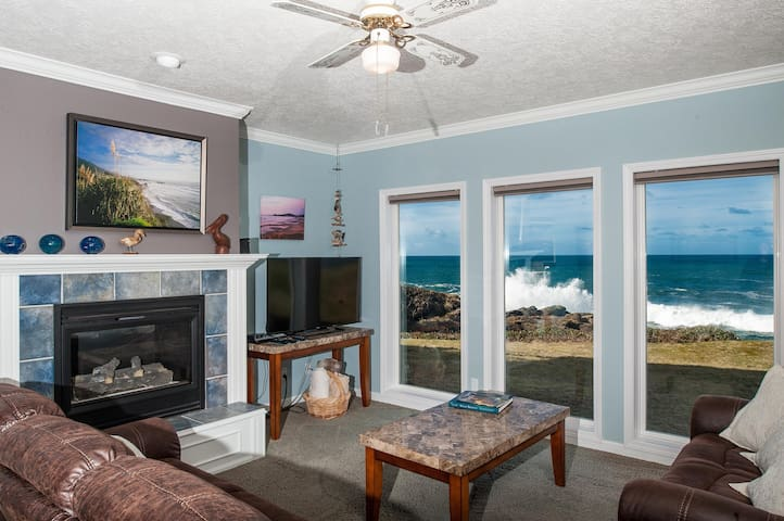 Ebb Tide - Oceanfront Condo/HDTV/Pool and More!