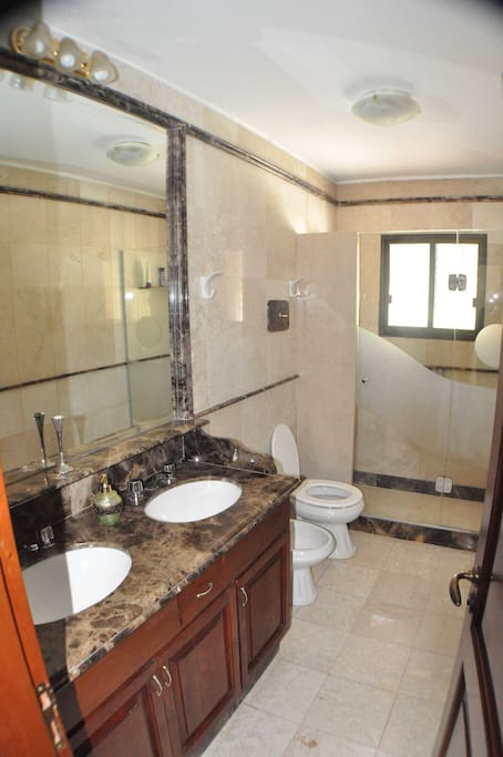 Baño en suite con doble bacha en marmol