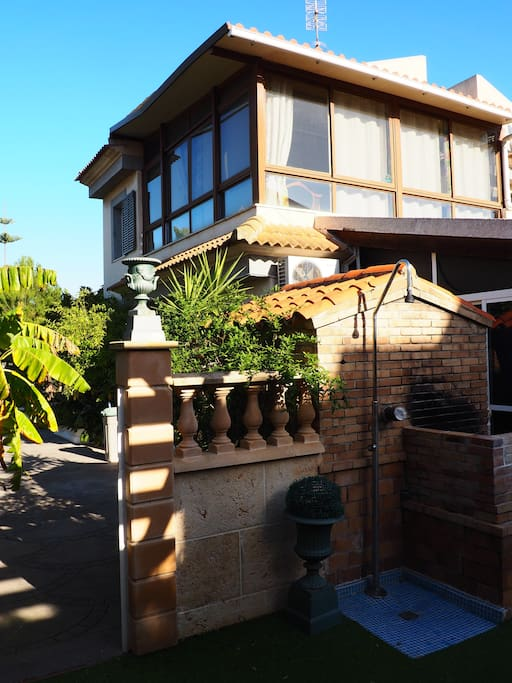 Blick vom Poolpavillon auf die Villa.