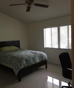 Roomy, private room and bath in cozy, lush villa - Miami - Villa