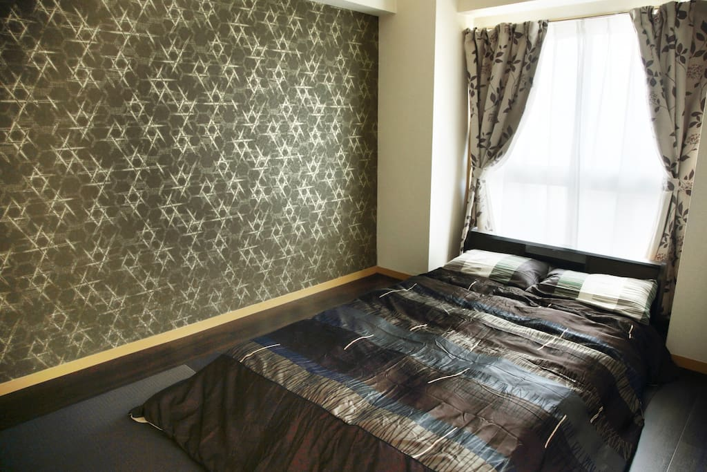 The master bedroom is a traditional Japanese tatami room.  Please check the photos to learn more about the apartment. 主寝室です。 畳を配置しデザインした和室となっています。 この先の写真に各種インフォメーションを入れていきますので何かに疑問を感じたら写真を一通りご覧下さい。