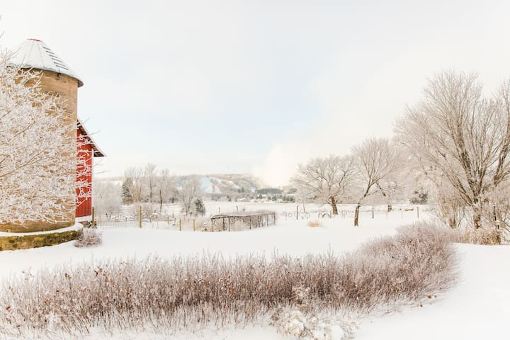 Quiet and Quaint Farm Retreat by Trollhaugen