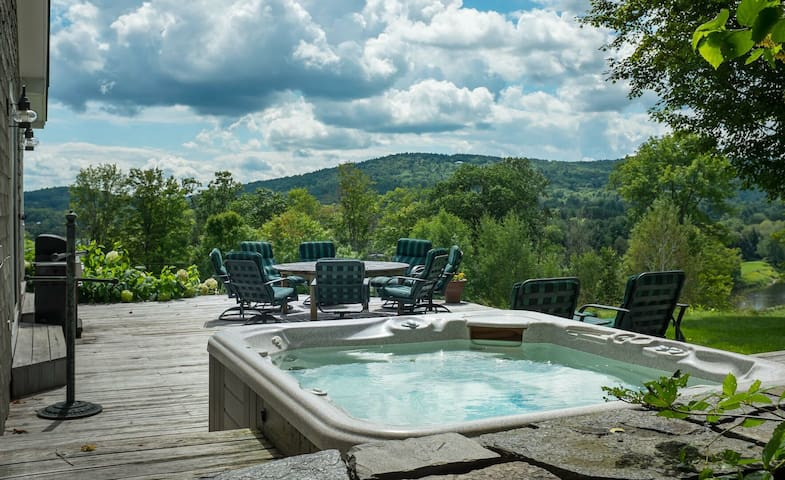 5 Bedroom Farmhouse Sleeps 12 with 4+ Person Hot Tub & Sports Court