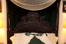 Sumptuous Queen Canopy Bed Whirlpool for 2 Private Bathroom with Italian Marble Floor