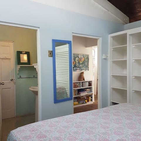 King bedroom with ensuite bathroom