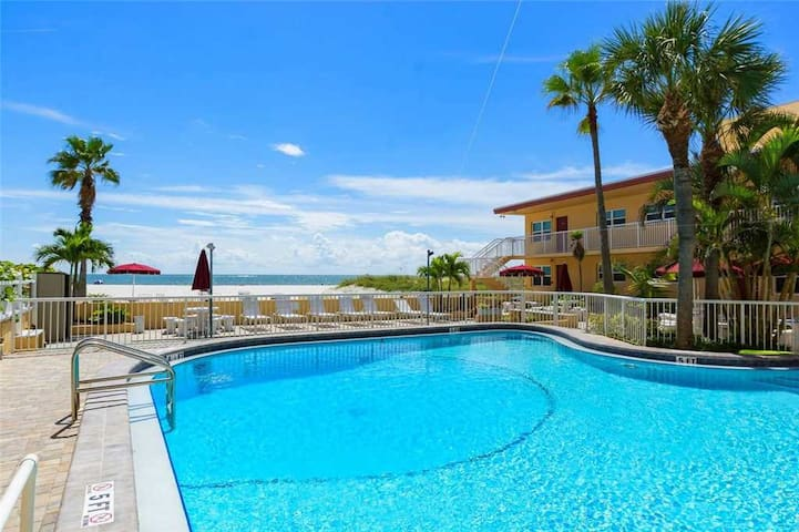 Direct Beach View Studio - Full Kitchen - Tropical Decor - Free Wifi - #226 Surf Song Resort