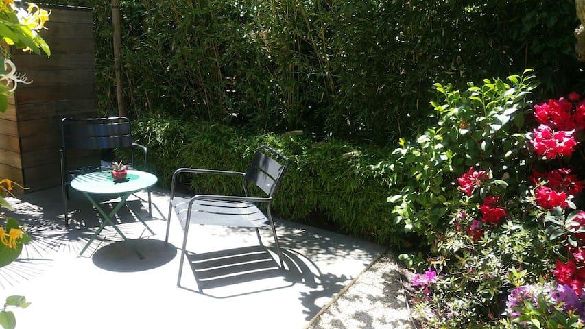 studio indépendant sdb, cuisine, jardin privatifs