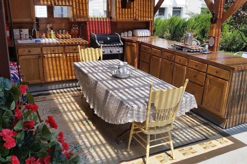 NEW in 2017! Covered Outdoor Kitchen; fully stocked, farmhouse table, seating 10+