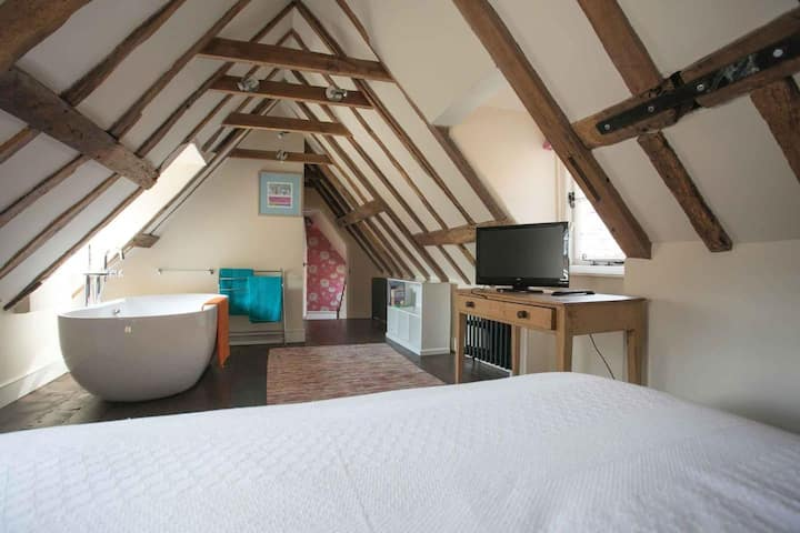 Medieval Town House - Walled Garden Sleeps  8